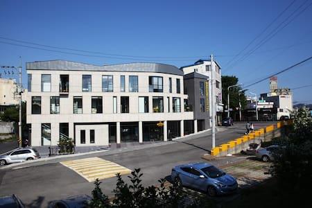 깨끗한 침구와 개인 독서등, 거울, 콘센트가 설치된, 개인의 독립된 구조의 도미토리 입니다 - Bukbusijang 2-gil, Suncheon - Dům pro hosty