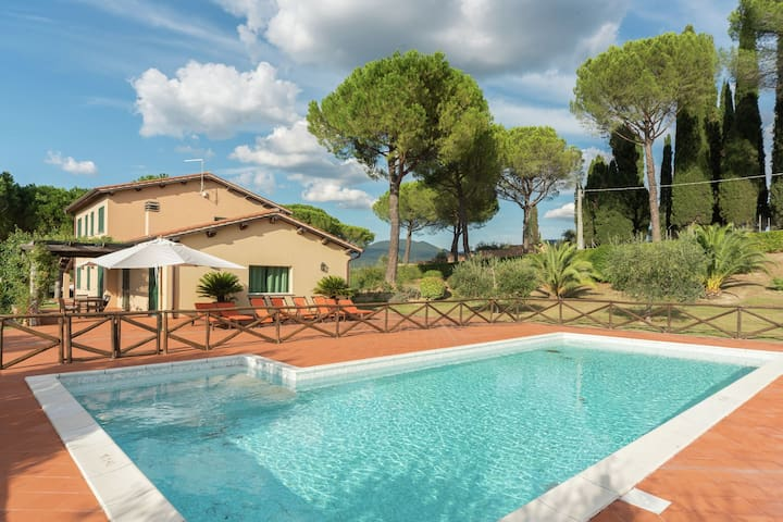 Attractive and spacious independent villa with private swimming pool