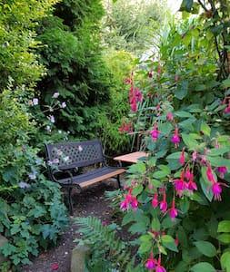 Wohlfühl-Zimmer in grüner Umgebung