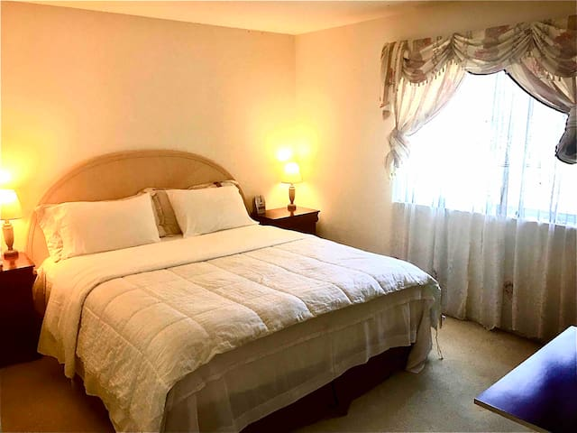 Private room/King size Bed/15 min drive to Rutgers