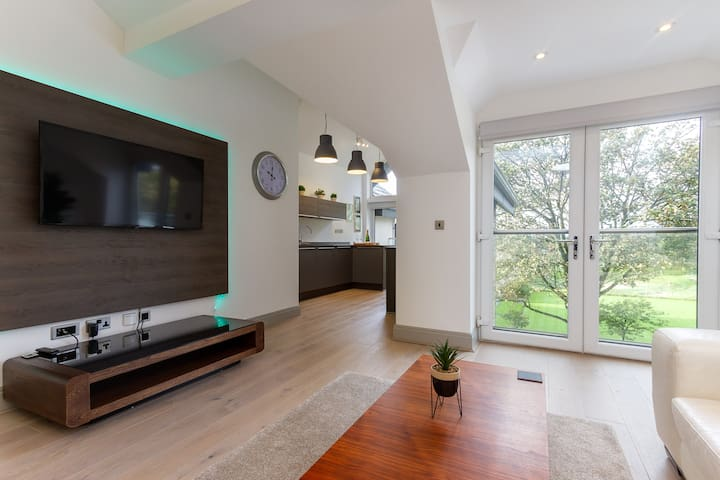 """Open living-kitchen space with views over Ashton Gardens  ⭐Our guests say: """"stunning views of Ashton Park from the balcony"""" ⭐"""