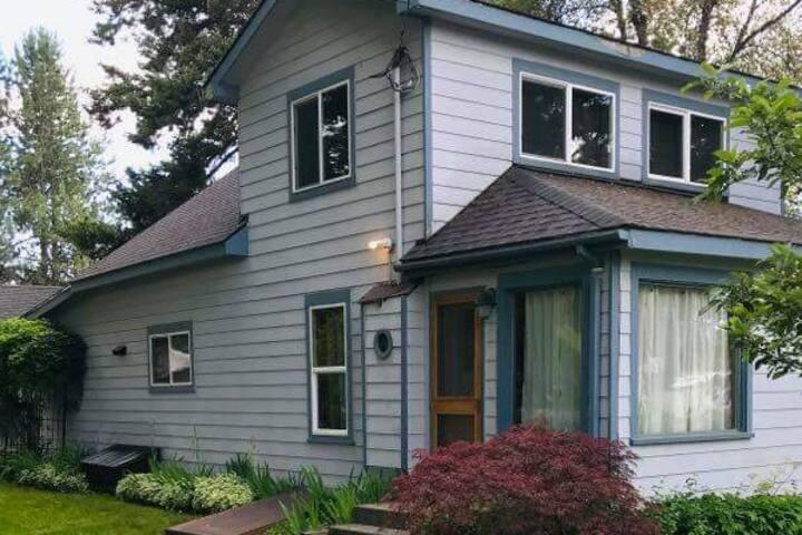 Vintage Blue Farm Home- Central Base for Exploring