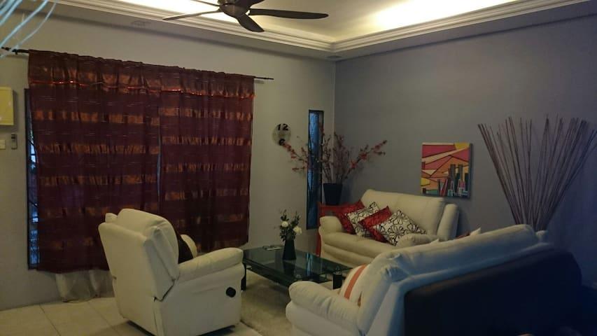 Raisya Homestay Putrajaya - Seri Kembangan - House