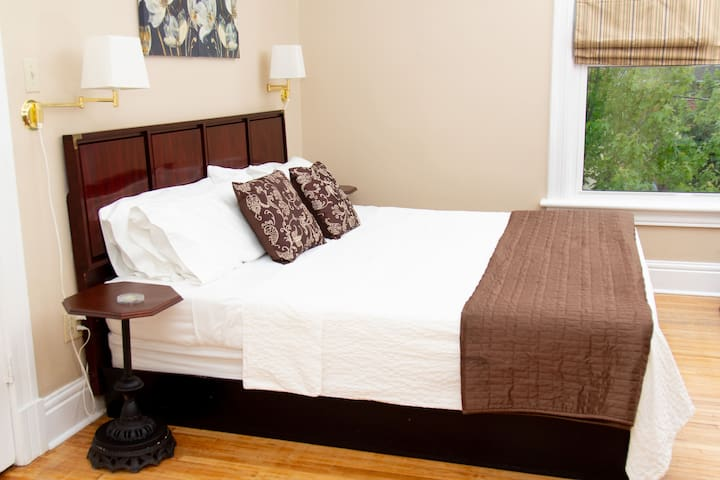Kennedy Room: King bed