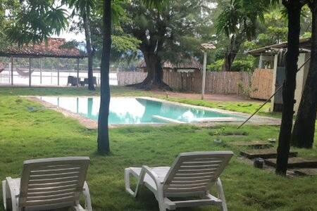A 2 casas de La Cocotera en la Barra de Santiago