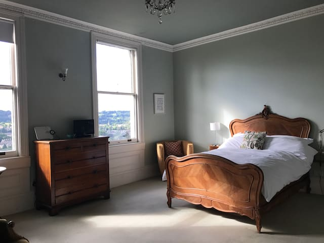 Beautiful room with view over Bath