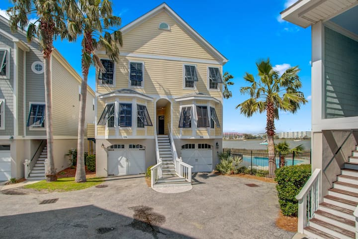 Townhome w/community pool & crabbing dock–river & marsh views