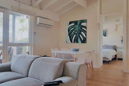 Light Filled Lofty Apartment, Tram to City/Beach