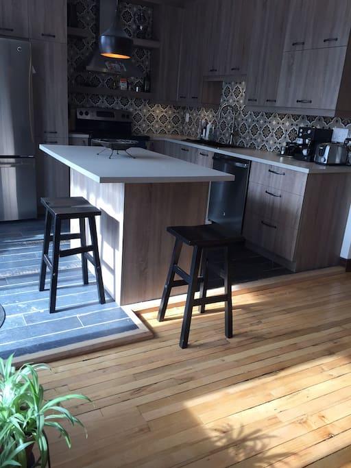 Cuisine lumineuse nouvellement rénové, design équipé et pratique * Newly renovated kitchen design, practical and full equiped