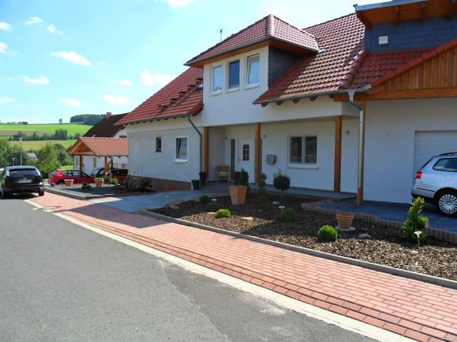 Dachgeschoss Wohnung mit bis zu 4 Schlafzimmern - Breitenbach am Herzberg - Apartment