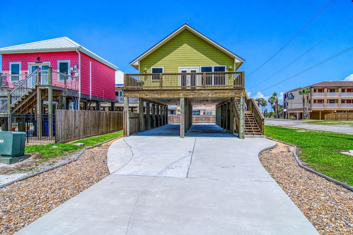 Gulf view home w/ huge deck steps from the beach - minutes to city!