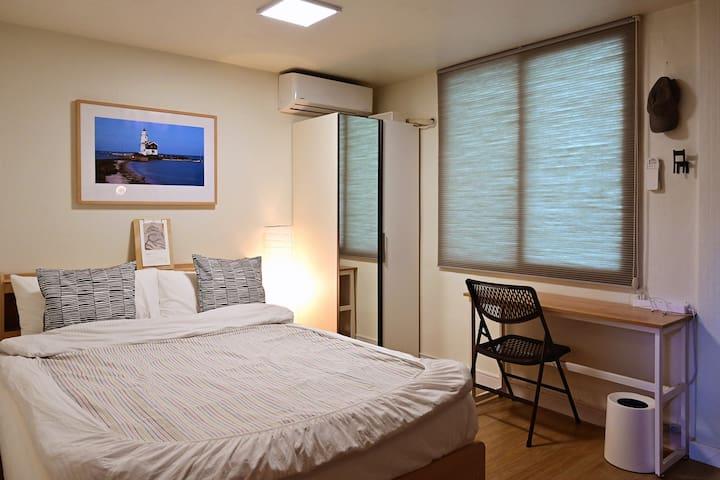 ● 침실 공간의 퀸사이즈 침대와 전신 거울이 달린 옷장입니다.  . ○ The sleeping room with the queen sized bed.