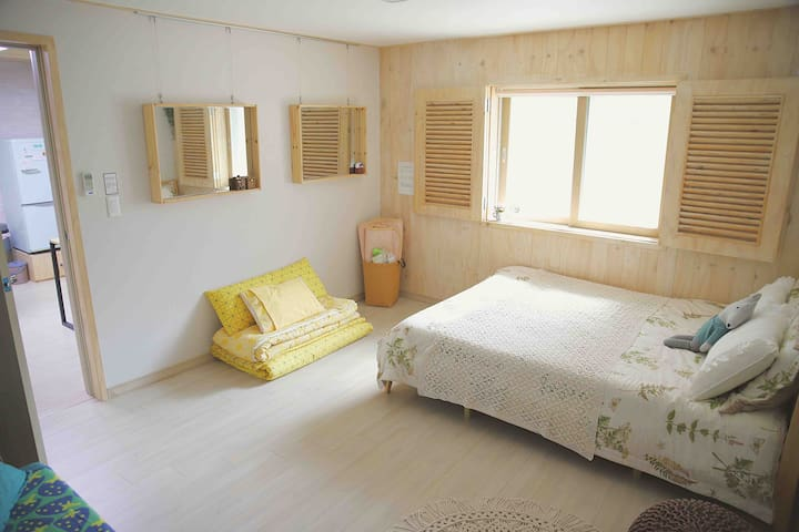 1st room(Queen size bed and sofa, Korean style mattress on the floor) 첫번째방(퀸사이즈 침대와 쇼파, 바닥에 한국식 요세트)
