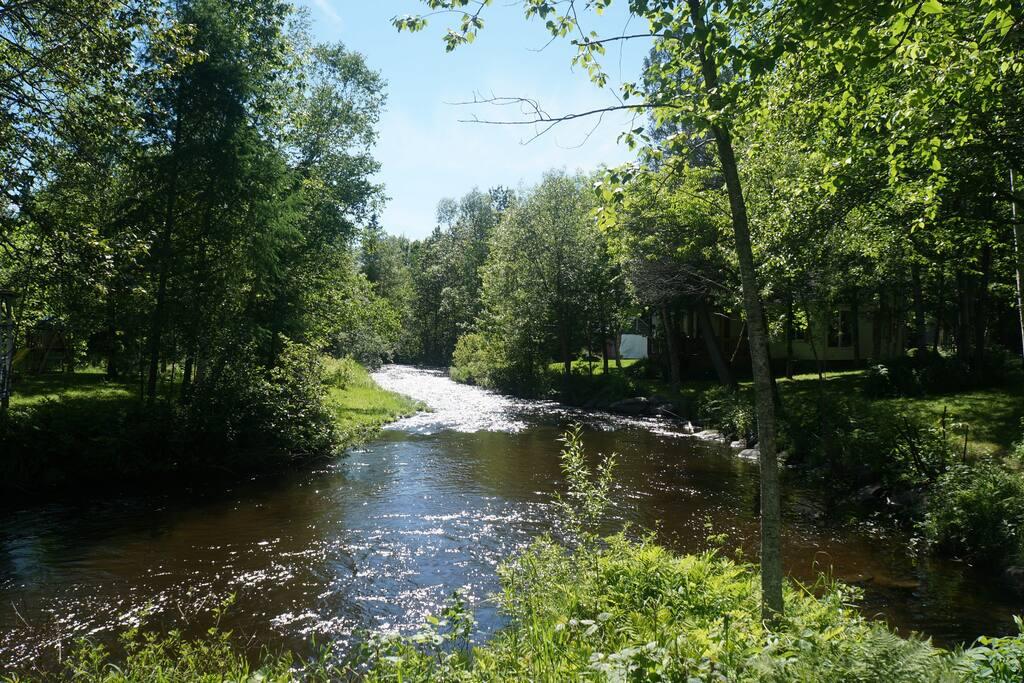 Petite rivière Abénakis accessible à quelques pas du chalet - baignade sécuritaire et petite pêche.