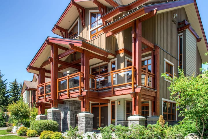 Fitzsimmons Luxury 4 Bdrm, Private Hot Tub, BBQ (33)