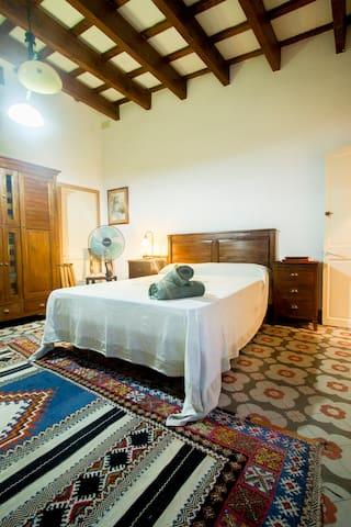 (1) Habitación casa antigua-baño privado en suite - Mahon - Huis