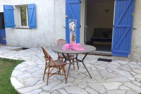 Studette indépendante dans villa. - Peymeinade
