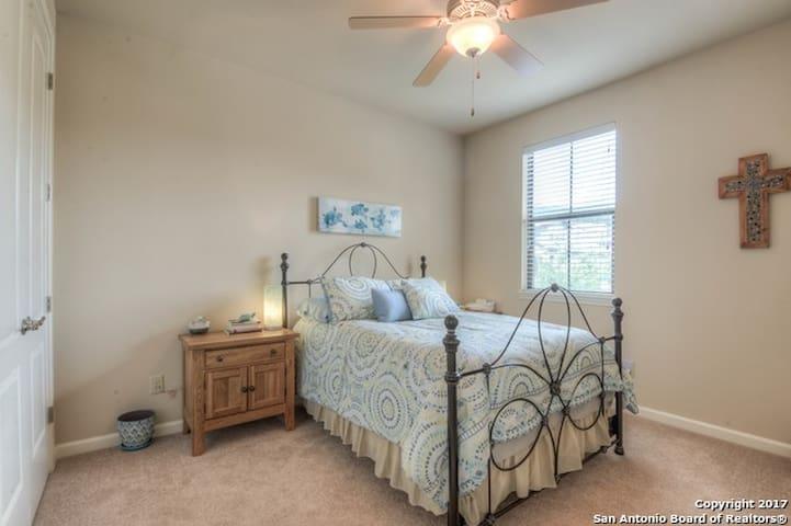 BEAU-TI-FUL ROOM, luxury sleep, quiet & private!!