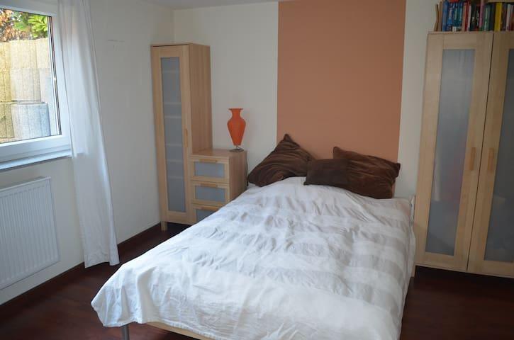 Gästezimmer im Souterrain, ca 25 qm - Halstenbek - House