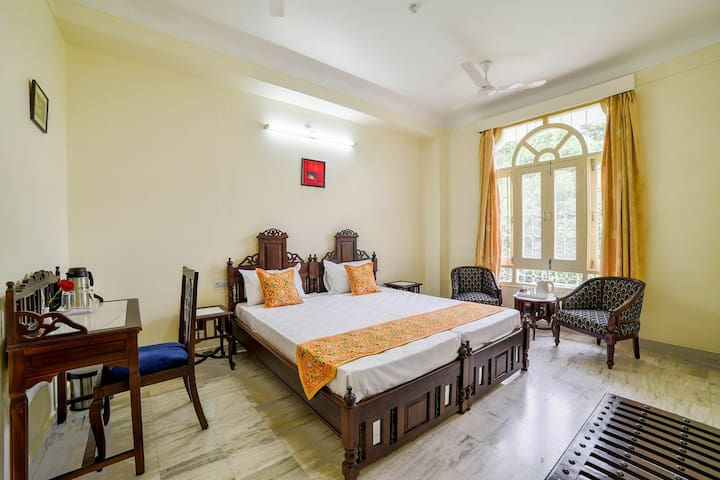 Kalyan Niwas-Classic bedroom in central Udaipur