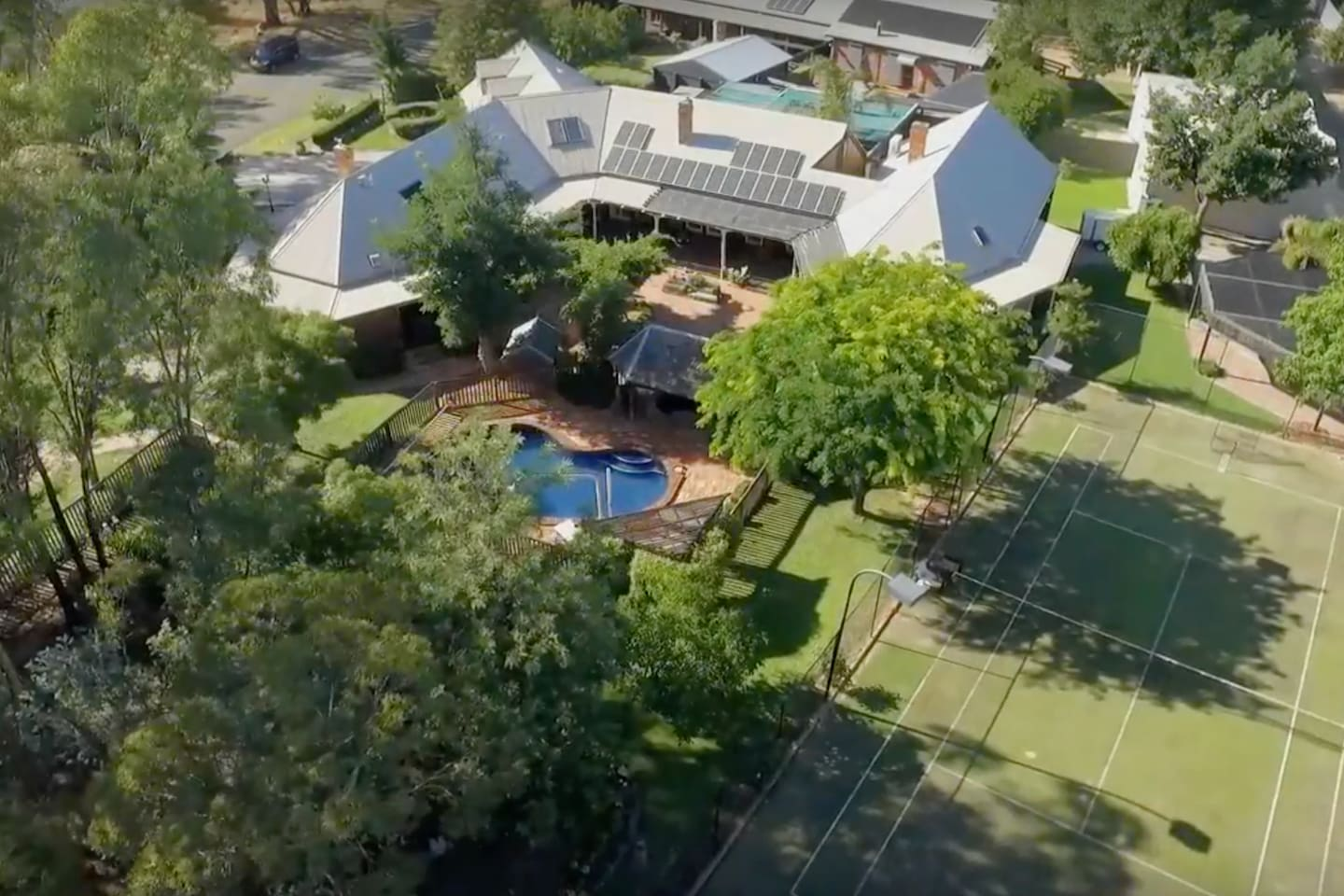 Private guest house, tennis court, BBQ, pizza oven. Friendly host.