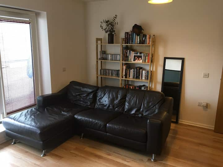 Modern apartment w/balcony in Urmston town centre