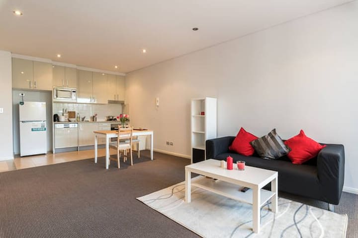 One bedroom Unit near Sydney CBD + Parking* - Rosebery - Apartment