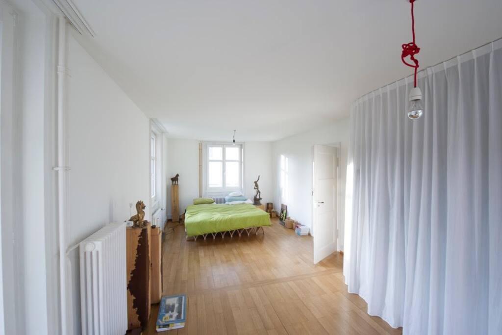 Erdgeschoss ca 40m2 grosses helles Zimmer