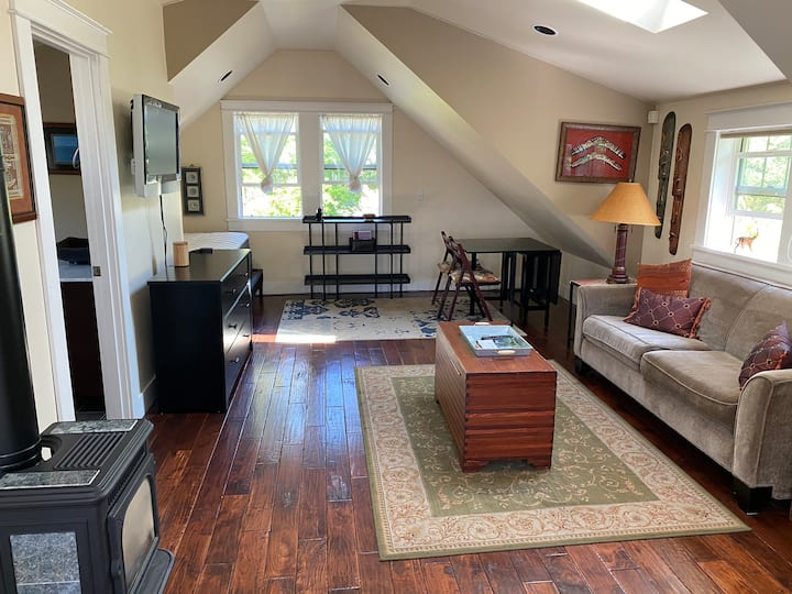 Lovely studio in NW Bend walk to downtown /trails