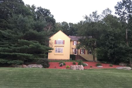 Country Getaway/Two Private Bedrooms Available - Sparta Township - Casa