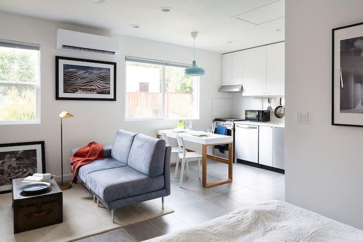 Designer Guesthouse with Full Kitchen & Laundry