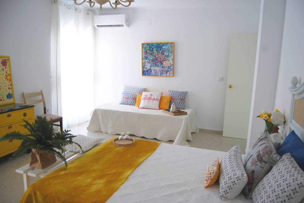Habitación nº1, triple, cama individual, y cama de matrimonio, dos balcones que asoman a la Plaza de San Gil con unas vistas increíbles, aire acondicionado y TV