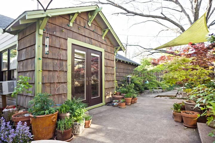 Eclectic & Private Guest Quarters in Kessler Park