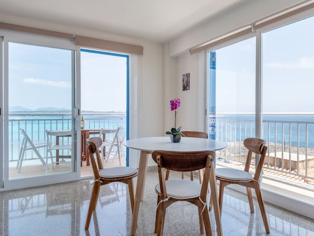 Apartment by the beach with sea views- ROCAMAR APT.
