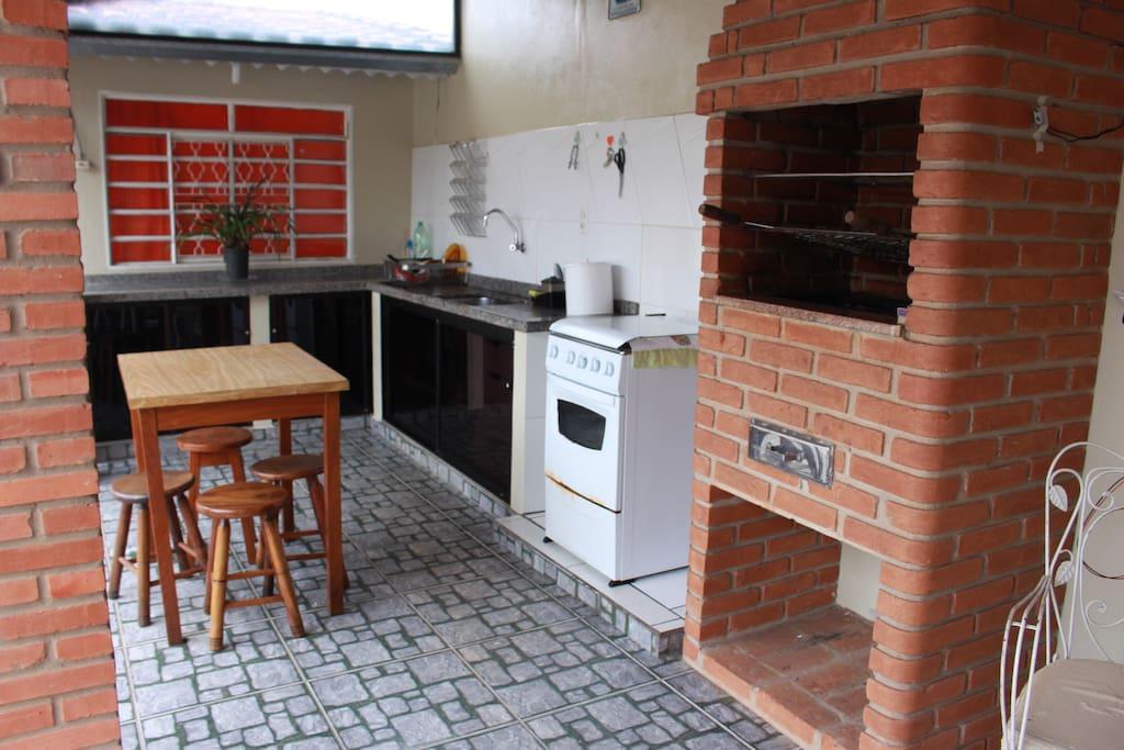 Área de Lazer - Churrasqueira/ Fogão/ Mesa/ 5 Banquinhos/ 5 Cadeiras de plástico