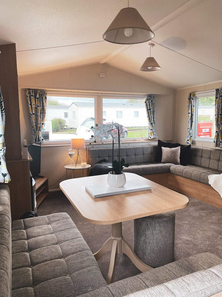 Homely 6Berth static caravan, Burgh Castle Norfolk