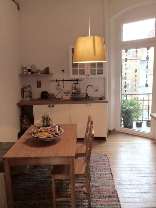Coole Küche mit noch coolerem Balkon mit Blick auf den Innenhof!