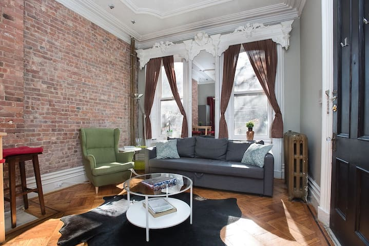 Luxury Brownstone apt. 2bed/1bath- 15 Min to NYC!