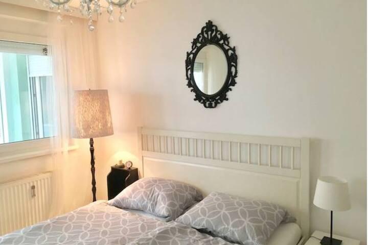 Ruhiges Schlafzimmer mit Doppelbett