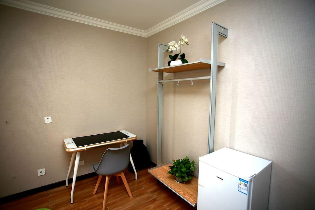 主卧室衣架书桌冰箱