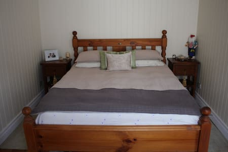 Private bedroom in Newmarket close to City and QUT - Newmarket - House