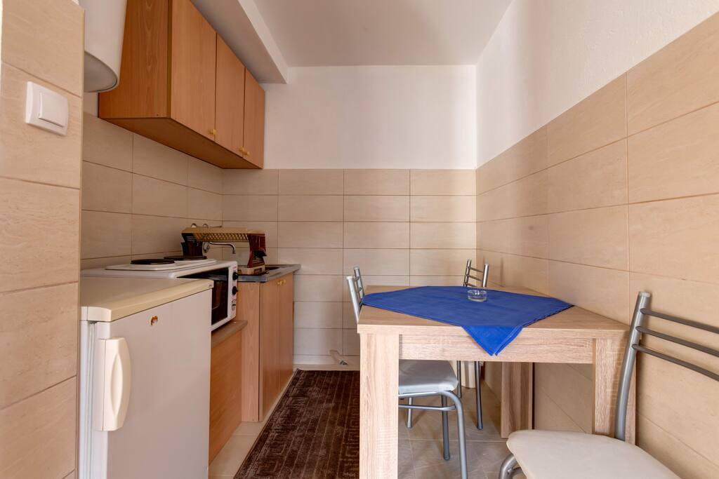 Kitchenette with all essentials for preparing a quick meal.