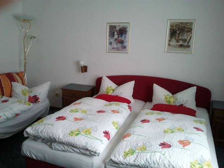 Hotel Restaurant Haus Battenfeld, (Plettenberg), Dreibettzimmer mit Dusche und WC
