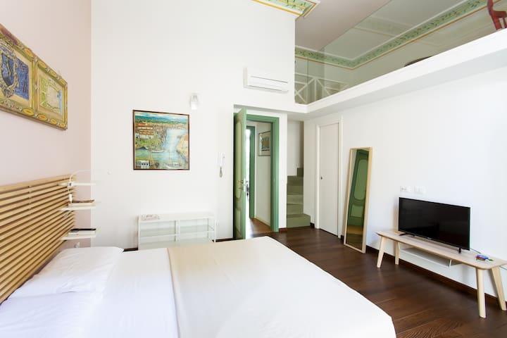 Camera padronale vista ingresso