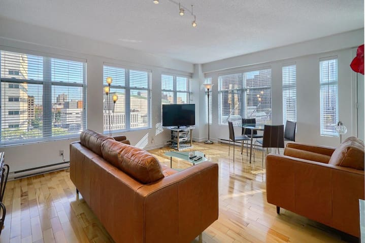 Comfortable 1 Bedroom Corner Unit Place-des-Arts 4