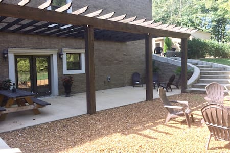 AVA MANOR / 1/4 mi  to UTM/ clean fee included