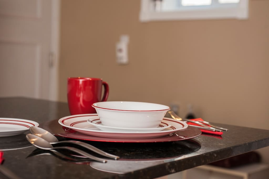 Complete 5-piece dinnerware & cutlery sets provided