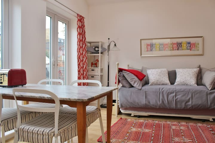 Sunny, private studio -- own entrance & courtyard - Teddington - House