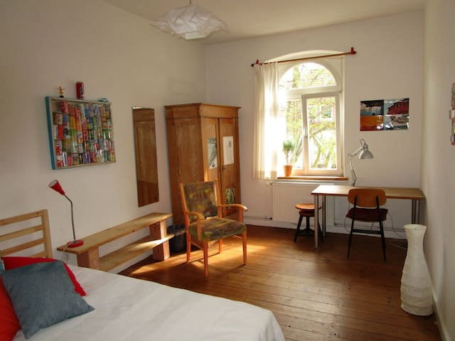 Central quiet and sunny nonsmoker room 1 - Kassel - Appartement