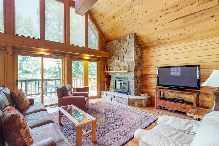 Spacious upgraded cabin w/shared pool, hot tub, tennis, near skiing